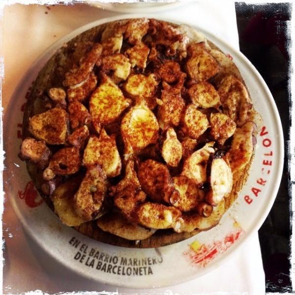 Традиционный осьминог по-галисийски - на подушке из тонко нарезанного горячего отварного картофеля, приправленный паприкой и свежим оливковым маслом