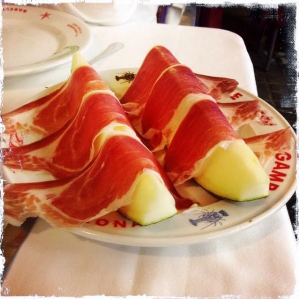 Хамон иберико и дыня - классическая закуска испанской и каталонской кухни