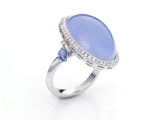Monquér золотое кольцо с центральным халцедоном, окруженным бриллиантами и подвижными топазами