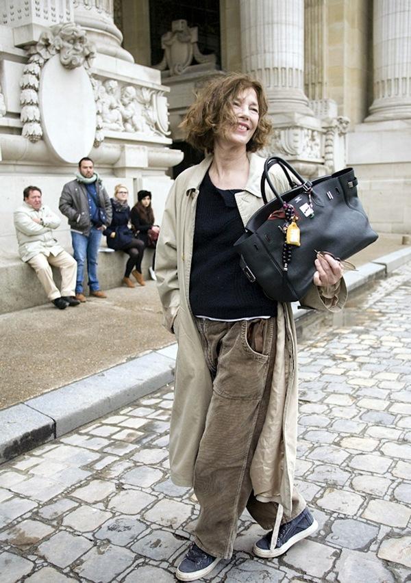 fce53e50cefc Культовая 68-летняя актриса Джейн Биркин обратилась к руководству модного  Дома Hermès с просьбой убрать ее фамилию из названия сумок, сделанных из ...