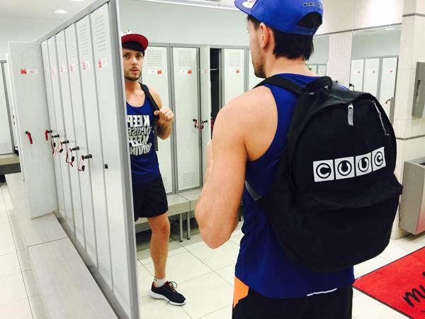 Анатолий ходит с портфелем cube на тренировку