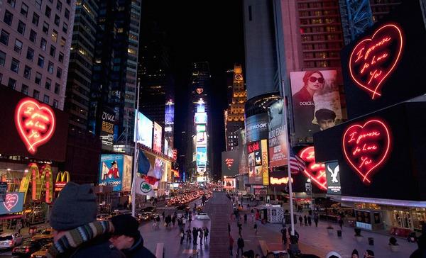 Инсталляция+Трейси+Эмин+на+Таймс-сквер+в+Нью-Йорке